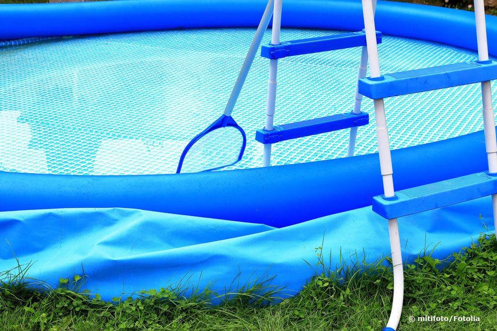 Ловля плавающих посторонних предметов с помощью сети для бассейнов