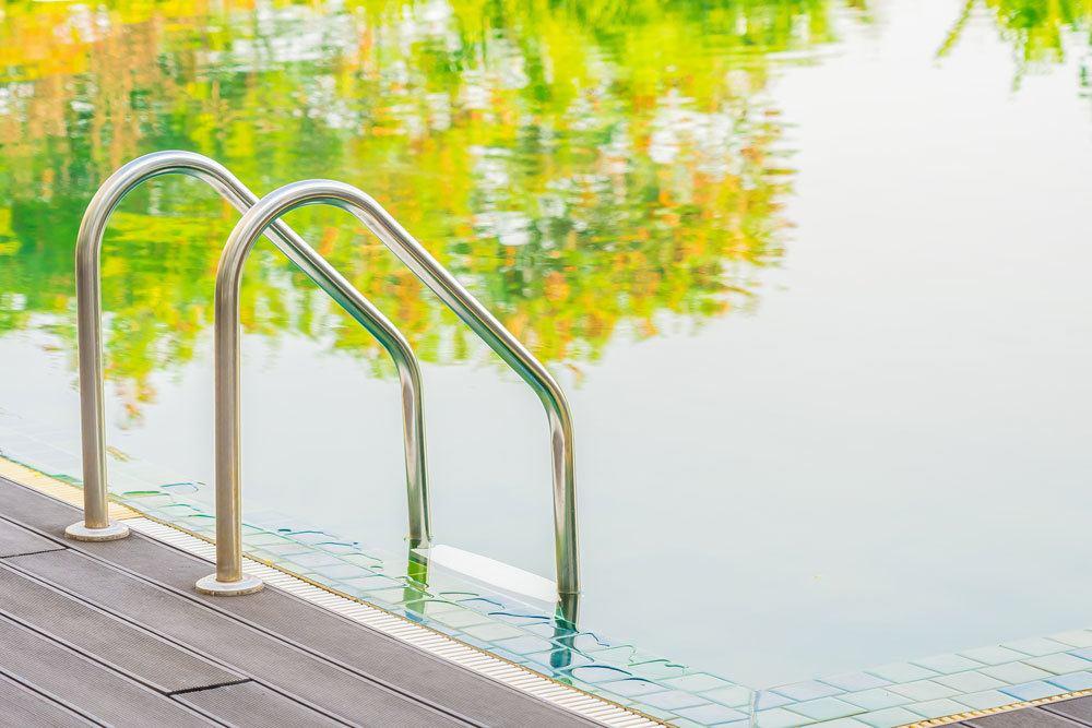 Вода в бассейне зеленая