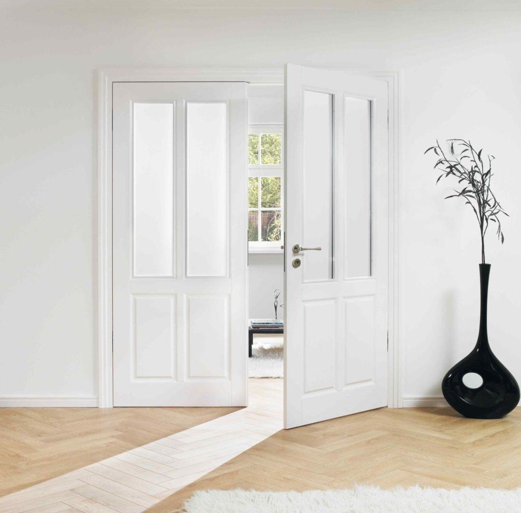 Двустворчатая деревянная дверь