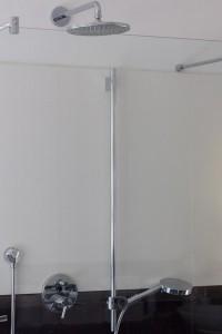 Тропический душ за стеклянной стеной с покрытием со скрытой фурнитурой