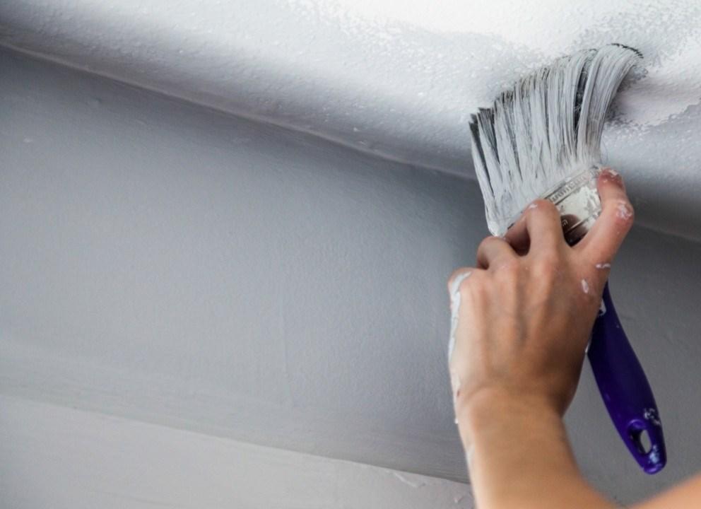 Отличный вариант для быстрой покраски потолка - краска на водной основе.