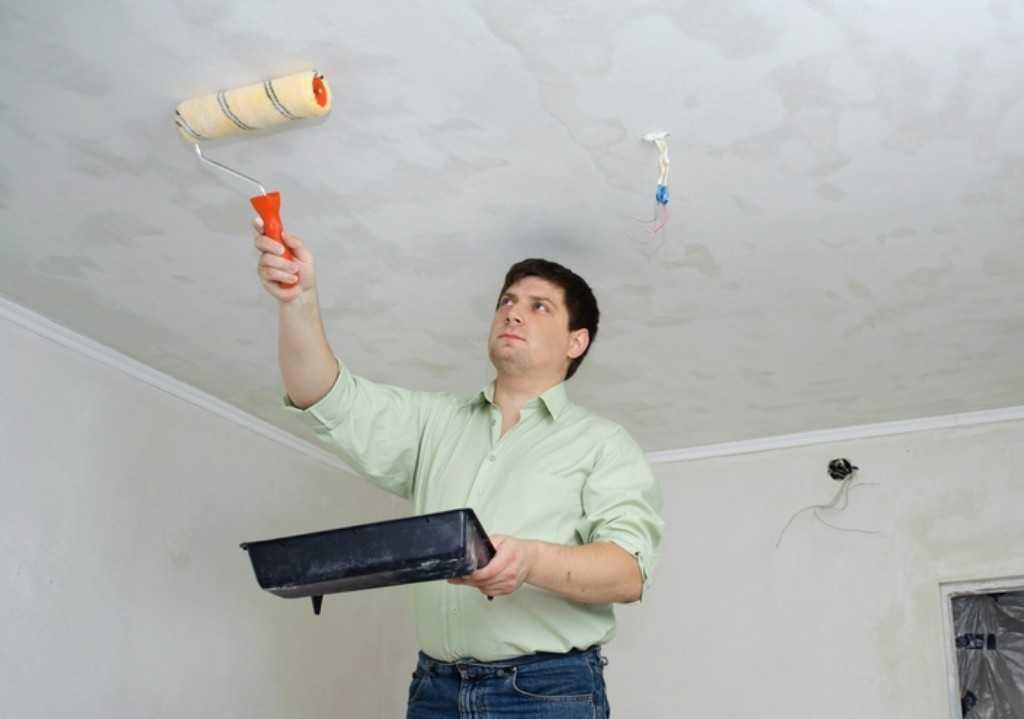 Для наилучшего результата профессионалы рекомендуют нанести краску на потолок специальным валиком.