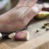 3 хитрости, которые помогут легко очистить чеснок